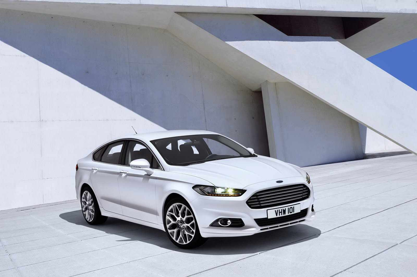 2013-Ford-Mondeo-1