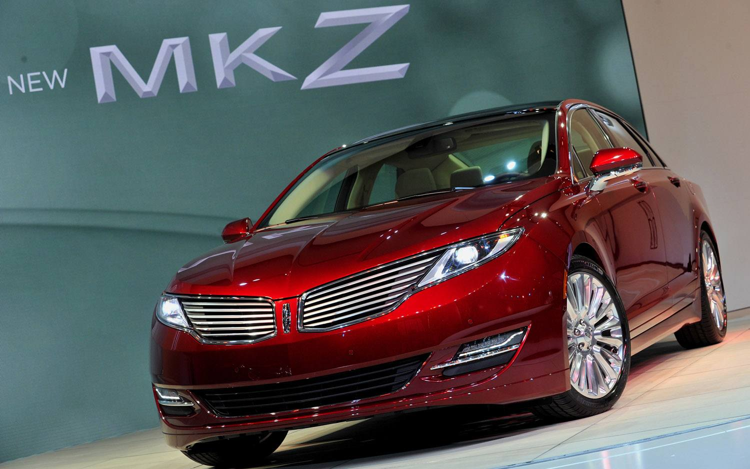 2013-Lincoln-MKZ-front-three-quarter