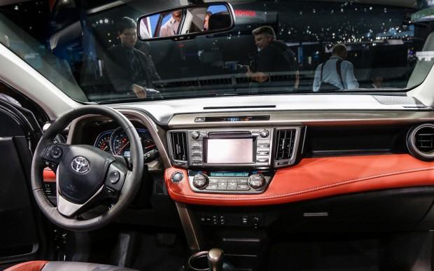2013-Toyota-RAV-4-cockpit-2