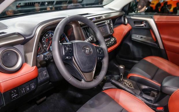2013-Toyota-RAV-4-cockpit