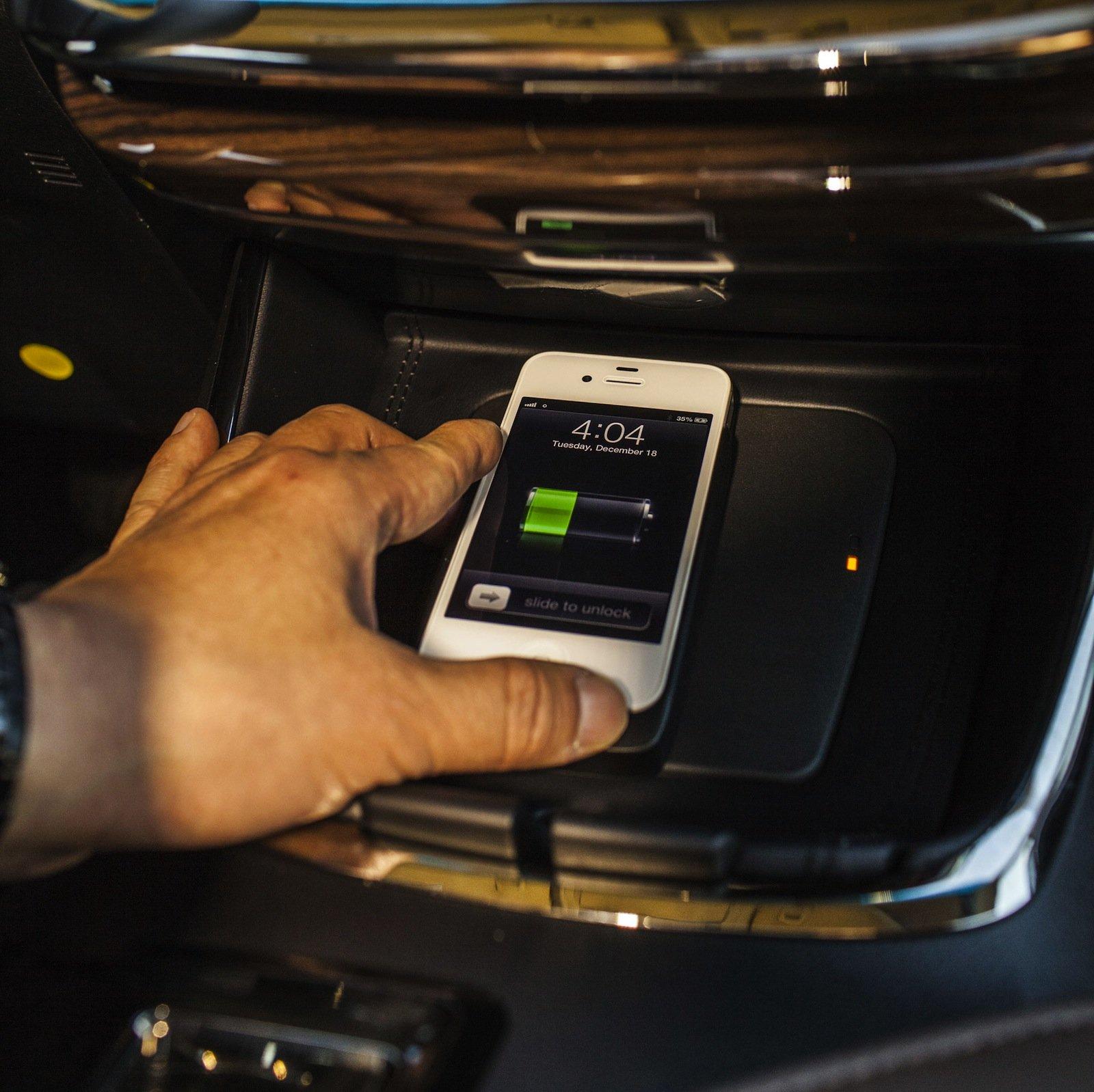 Toyota-Avalon-wireless-charging-1