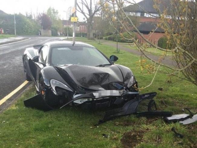 1-black-mclaren-650s-spider-crashed-hutton-uk-700x525