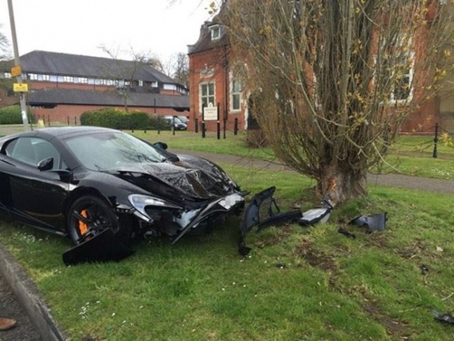 2-black-mclaren-650s-spider-crashed-into-a-tree-hutton-uk-700x525