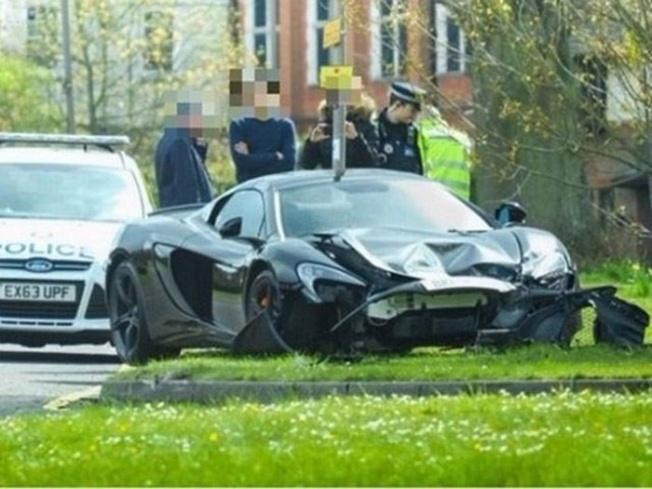3-black-mclaren-650s-spider-crashed-hutton-uk-destroyed-front-bumper-700x525