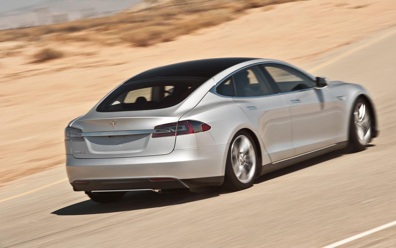 2013-Tesla-Model-S-rear-three-quarter-2
