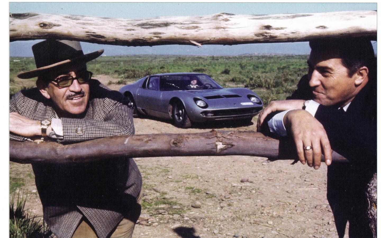 فيروتشيو لامبورغيني (يمين) بجانب دون ميورا (يسار) اثناء الكشف عن ميورا في مزرعة العائلة الإسبانية