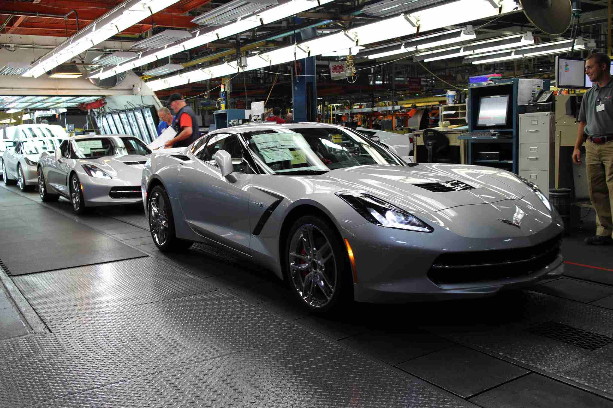 2014-chevrolet-corvette-stingray-factory-assembly-line-03