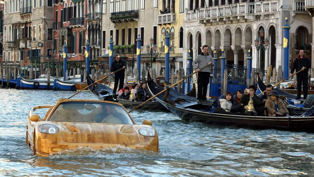 Livio-with-his-wooden-Ferrari-F50-seen-in-Venice (1)