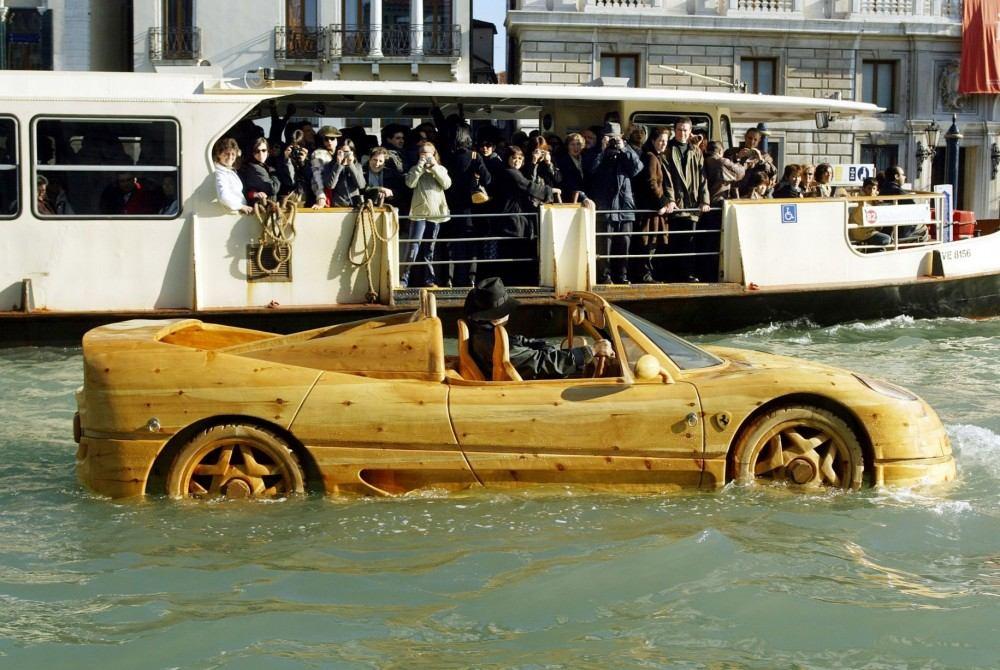 Livio-with-his-wooden-Ferrari-F50-seen-in-Venice (2)