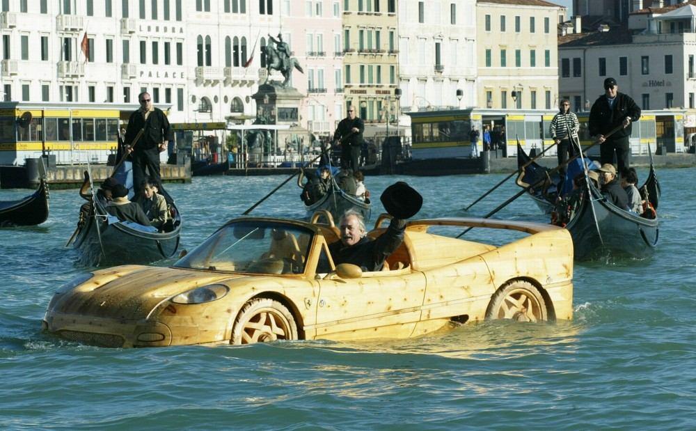 Livio-with-his-wooden-Ferrari-F50-seen-in-Venice (3)