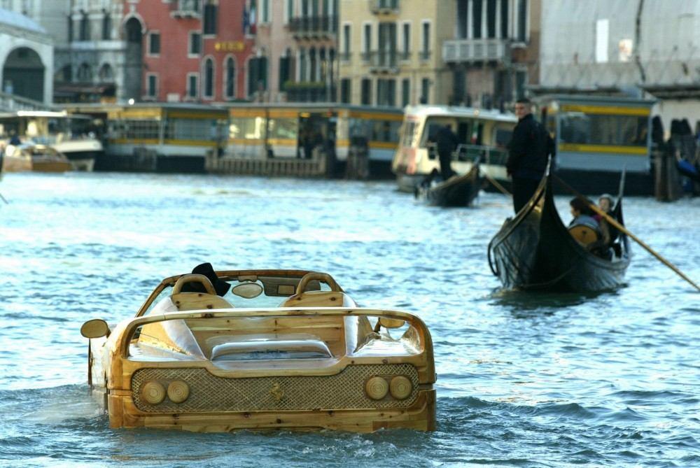 Livio-with-his-wooden-Ferrari-F50-seen-in-Venice (4)