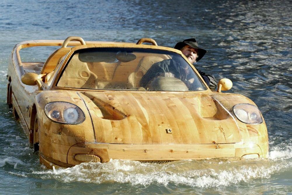 Livio-with-his-wooden-Ferrari-F50-seen-in-Venice (5)