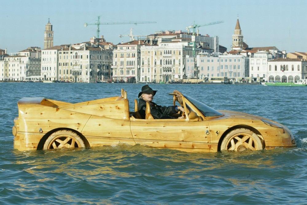 Livio-with-his-wooden-Ferrari-F50-seen-in-Venice (6)