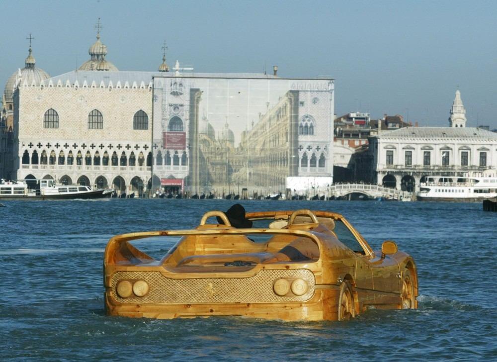 Livio-with-his-wooden-Ferrari-F50-seen-in-Venice (7)