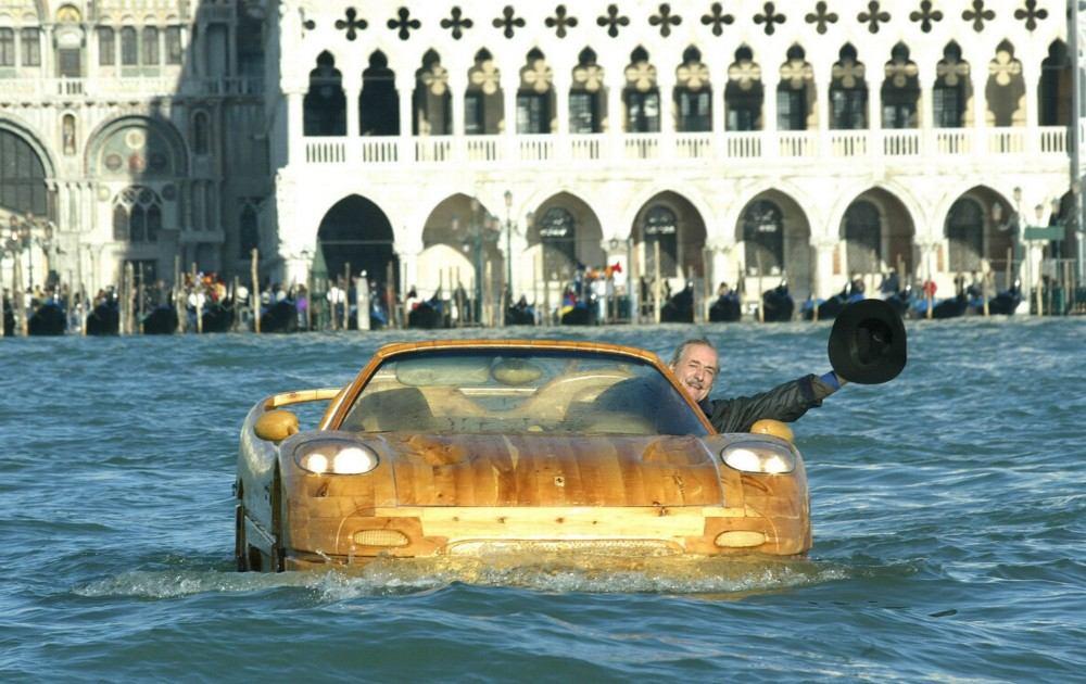 Livio-with-his-wooden-Ferrari-F50-seen-in-Venice (8)