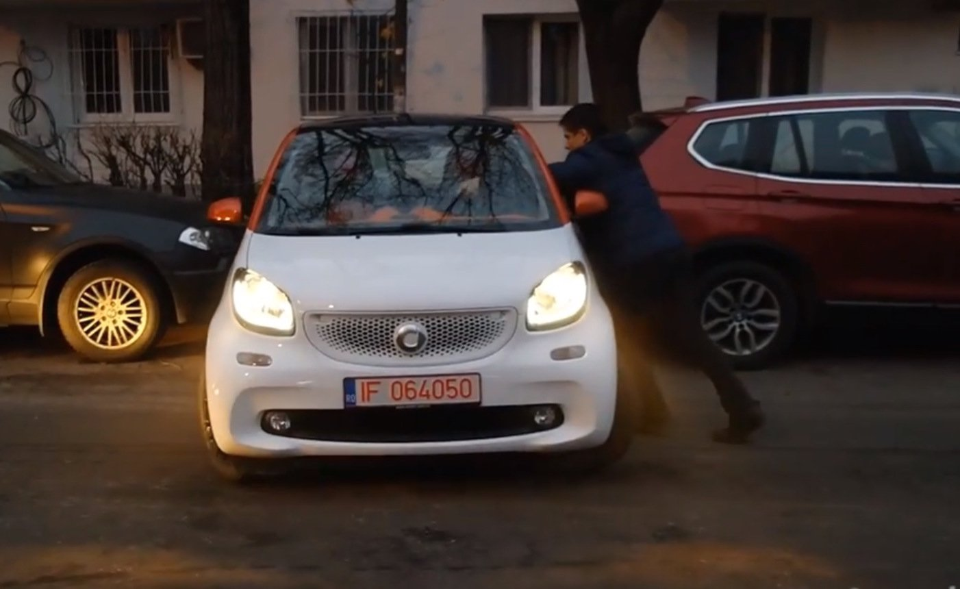 parking-a-smart-fortwo-sideways-by-hand-video-90529_1