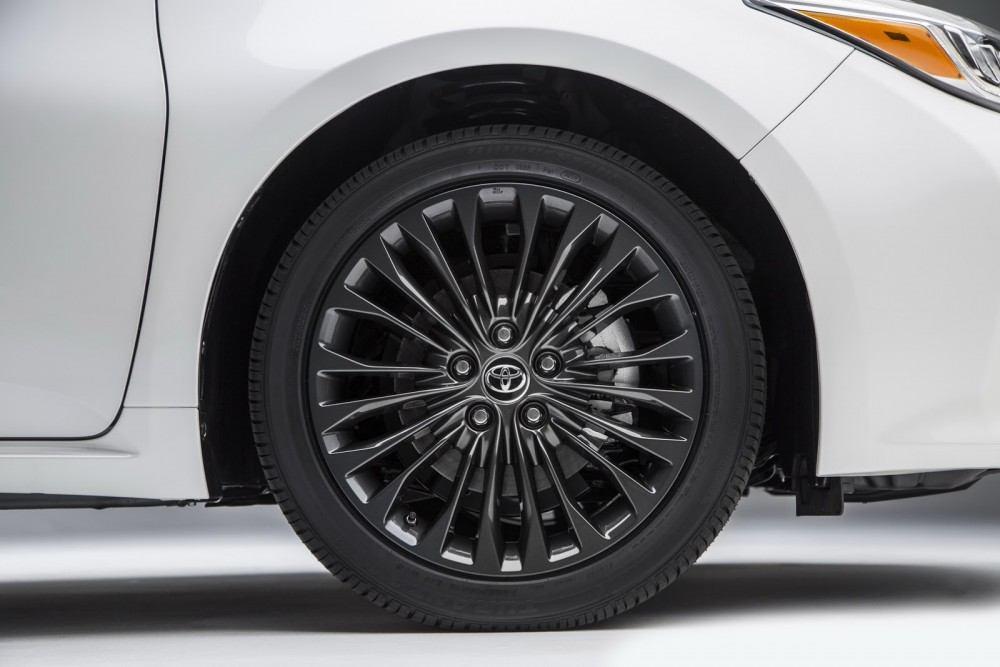 2016-Toyota-Avalon-Sedan-13
