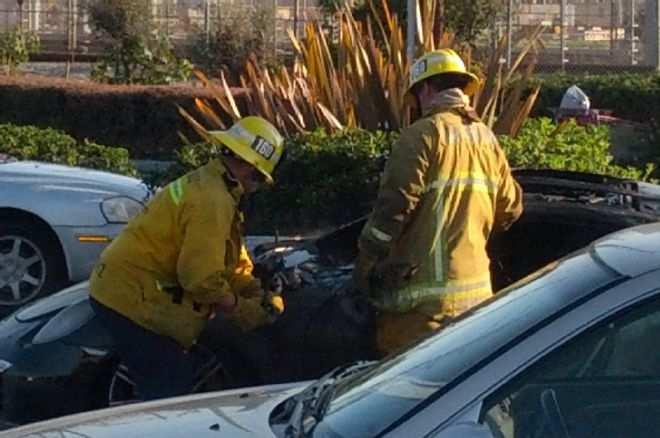 porsche-burning-fire-2014-911s-turbo-flames-parked-firemen-002