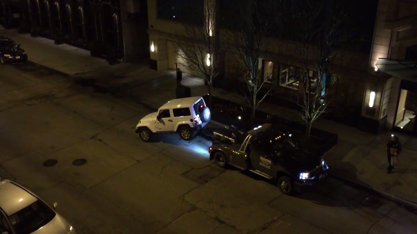 سائق جيب رانجلر يهرب من سيارة قطر