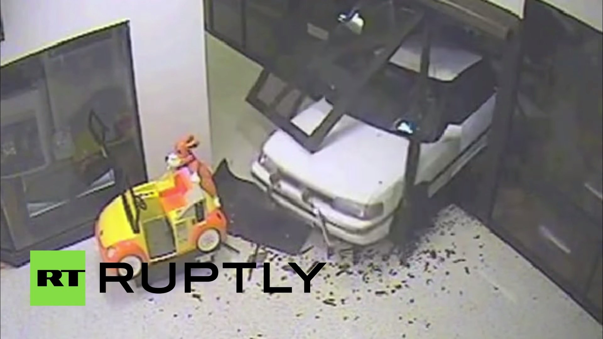 كاميرا مراقبة توثق عملية سرقة بإستخدام سيارة