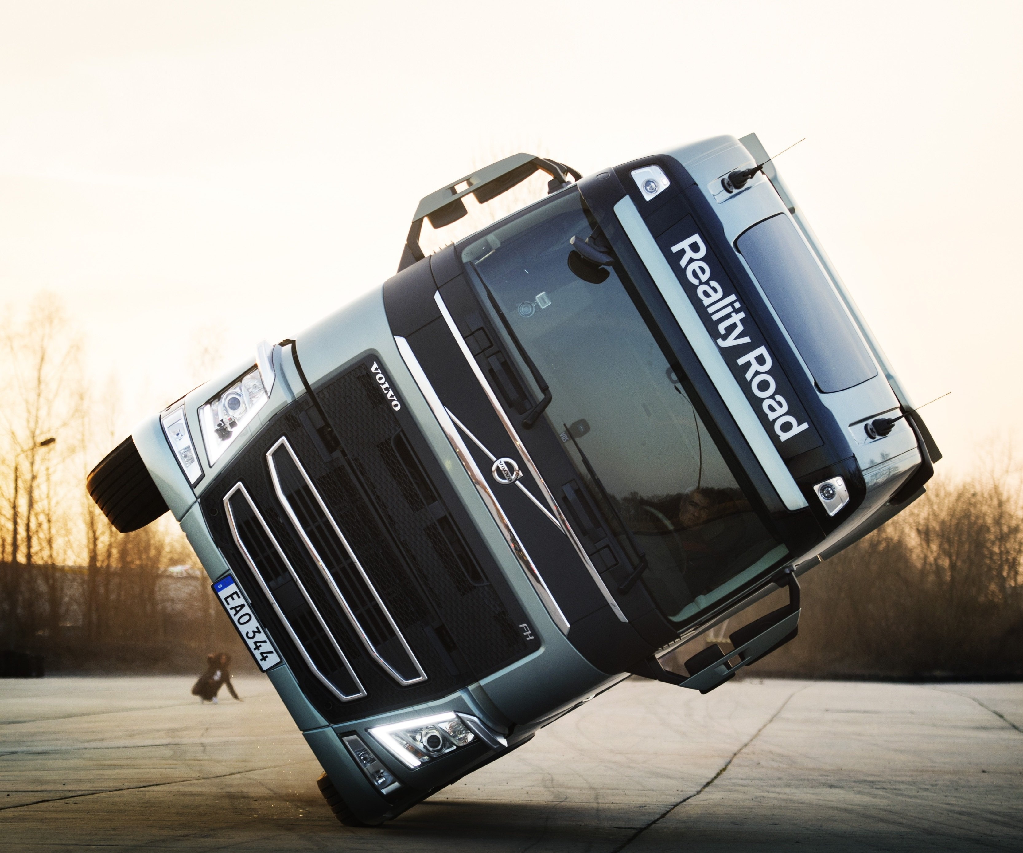 how-volvo-drove-an-fh-truck-on-two-wheels-for-mapeis-million-ways-to-live-music-video-96542_1