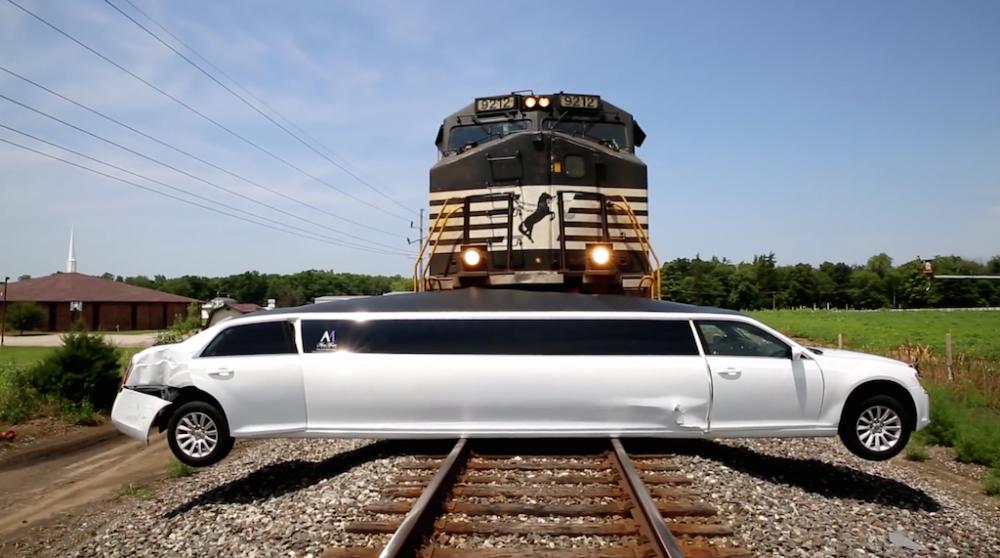 شاهد لحظة اصطدام قطار بـ كرايسلر 300 ليموزين!