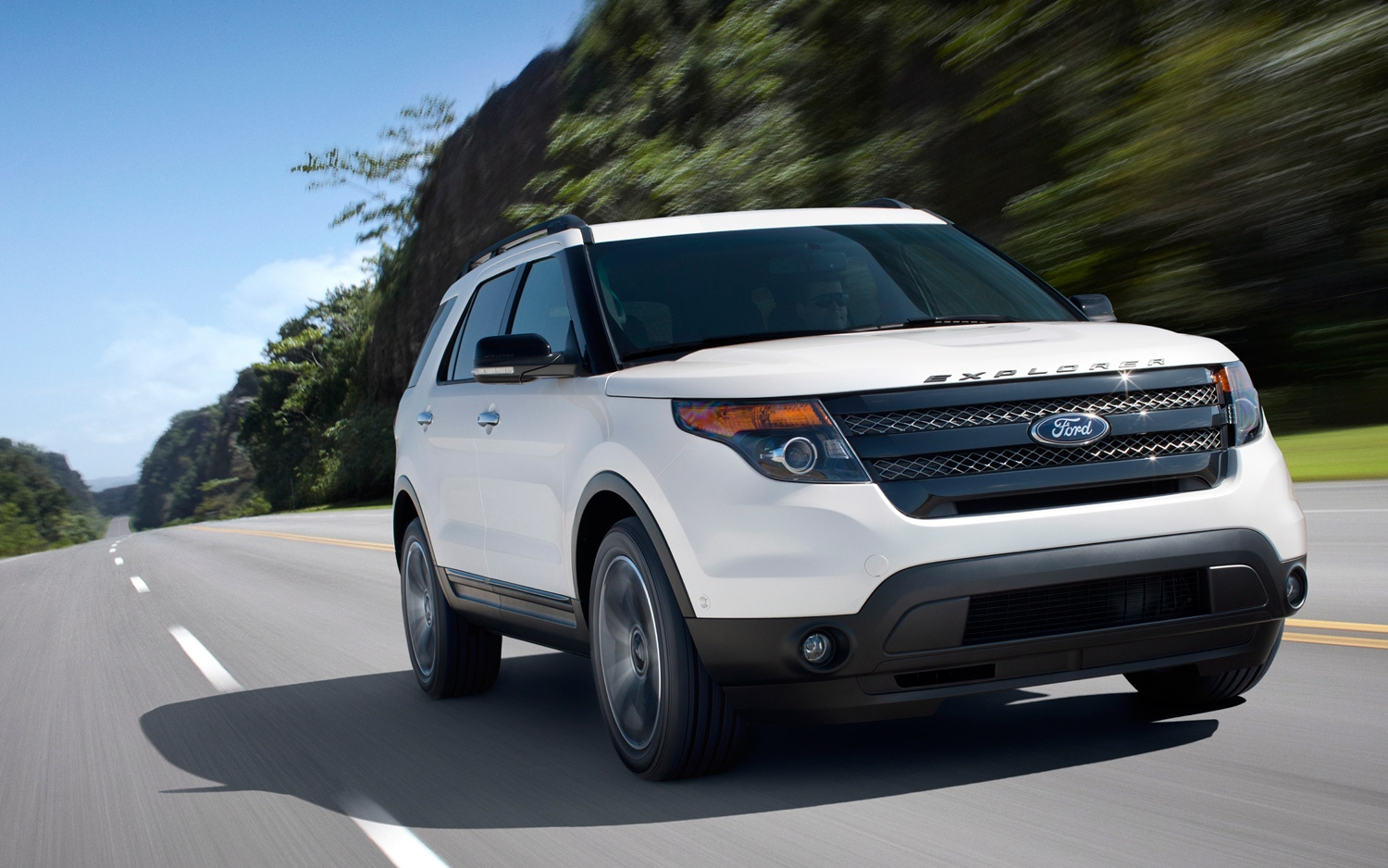 2013-Ford-Explorer-Sport-front-three-quarters-in-motion