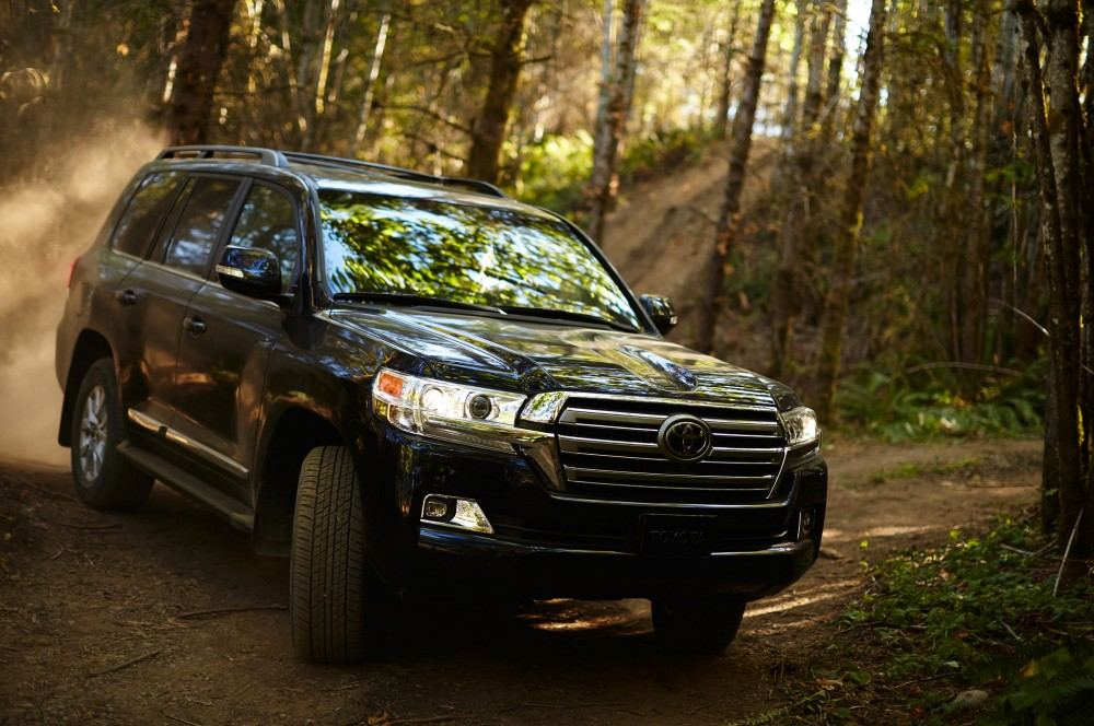 2016-toyota-land-cruiser-front-off-road-in-motion-02