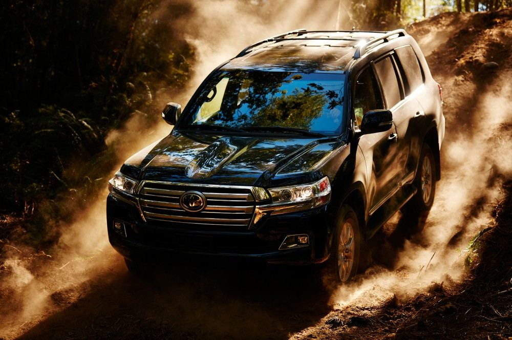2016-toyota-land-cruiser-front-off-road-in-motion-04