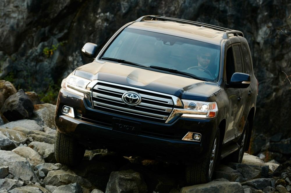 2016-toyota-land-cruiser-front-off-road-in-motion-05