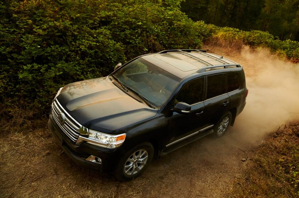 2016-toyota-land-cruiser-front-off-road-in-motion-08
