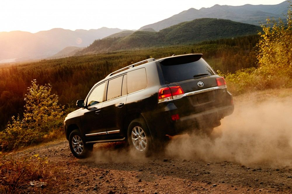 2016-toyota-land-cruiser-rear-off-road-in-motion-02