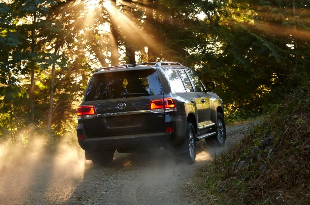 2016-toyota-land-cruiser-rear-off-road-in-motion-03