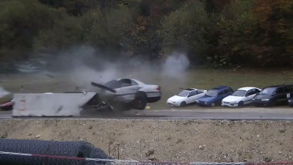 ماذا يحصل للسيارات في حوادث على سرعة 200 كم/س؟