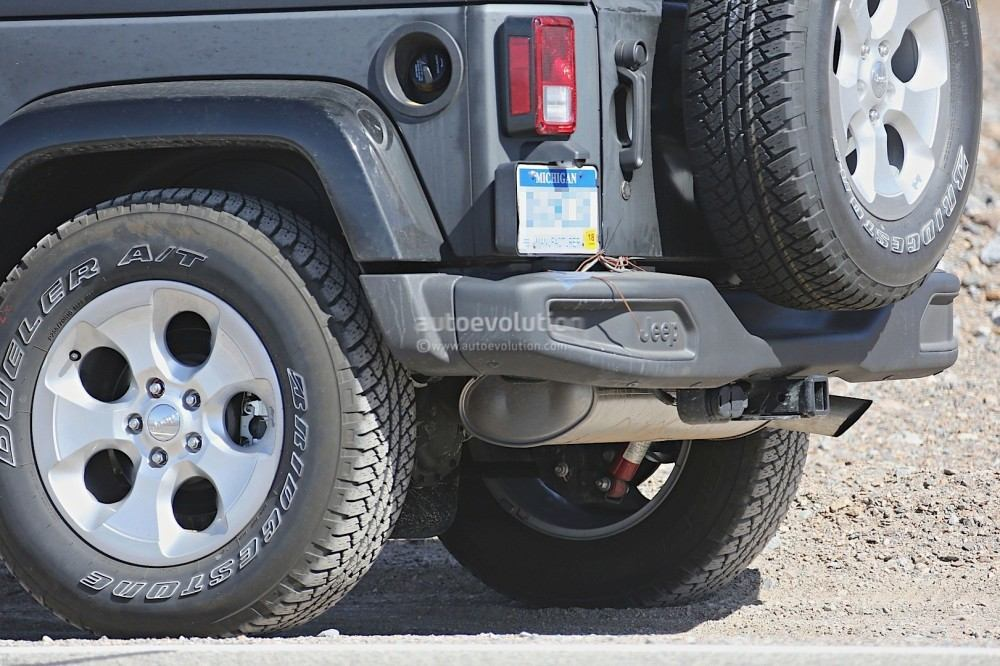 new-2018-jeep-wrangler-spied-testing-in-the-desert-will-grow-in-length_17