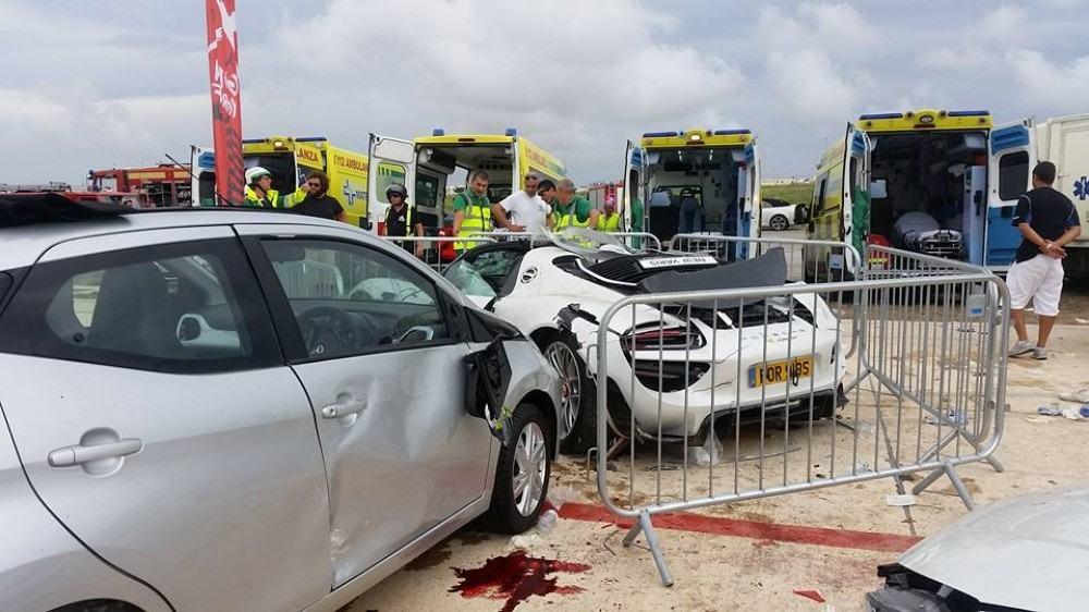 بورش 918 تتسبب بإصابة 26 شخص في حادث مخيف اثناء استعراضها!