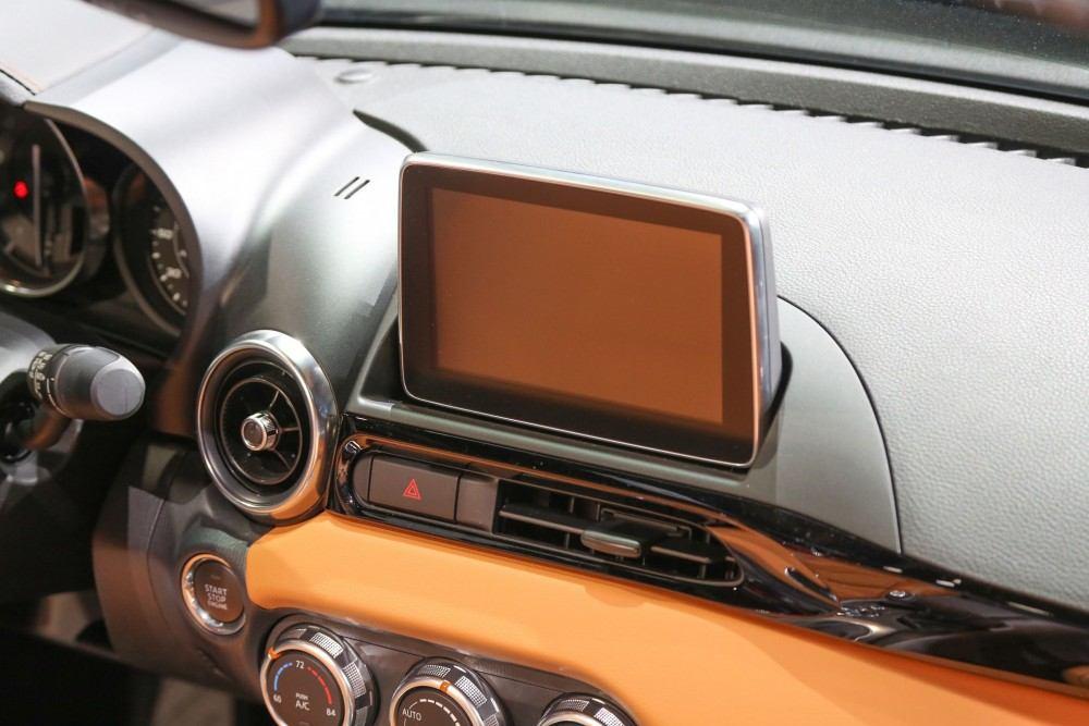 2017-Fiat-124-Spider-dash-screen