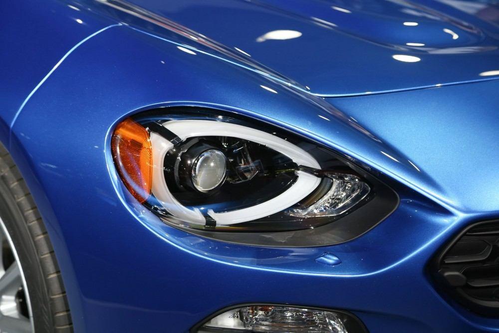 2017-Fiat-124-Spider-headlight