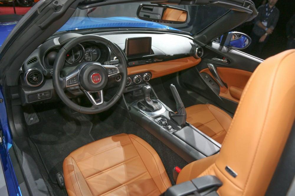 2017-Fiat-124-Spider-interior-view1