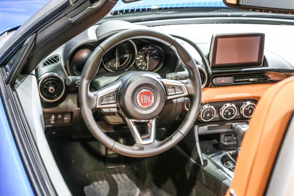 2017-Fiat-124-Spider-steering-wheel1
