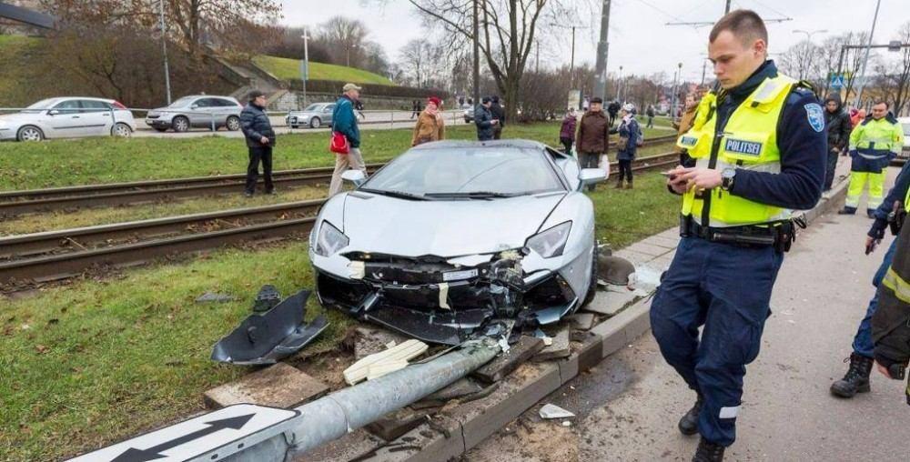 Lamborghini-Aventador-crash-2