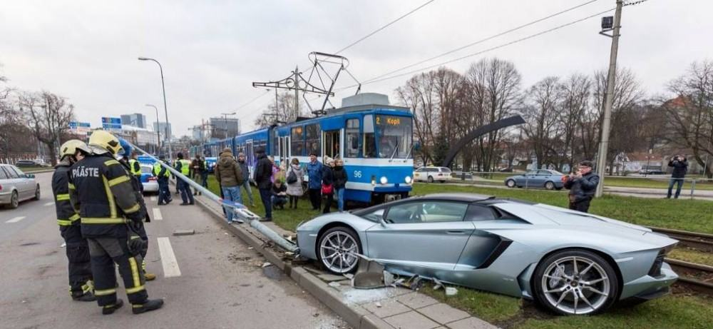 Lamborghini-Aventador-crash-3