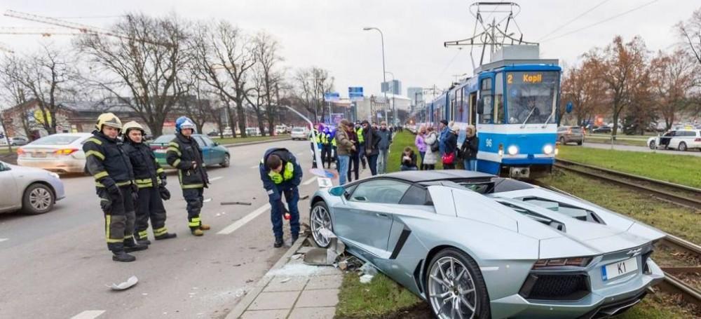 Lamborghini-Aventador-crash-4