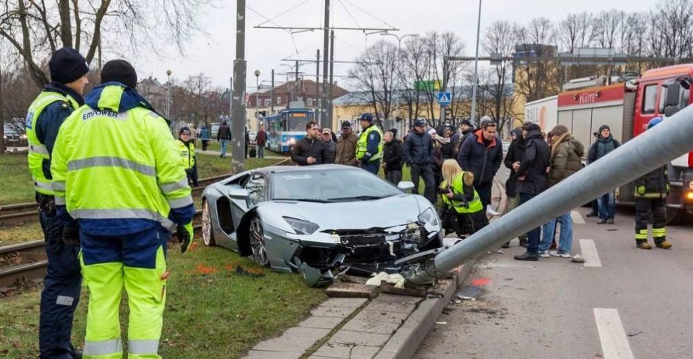 Lamborghini-Aventador-crash-7