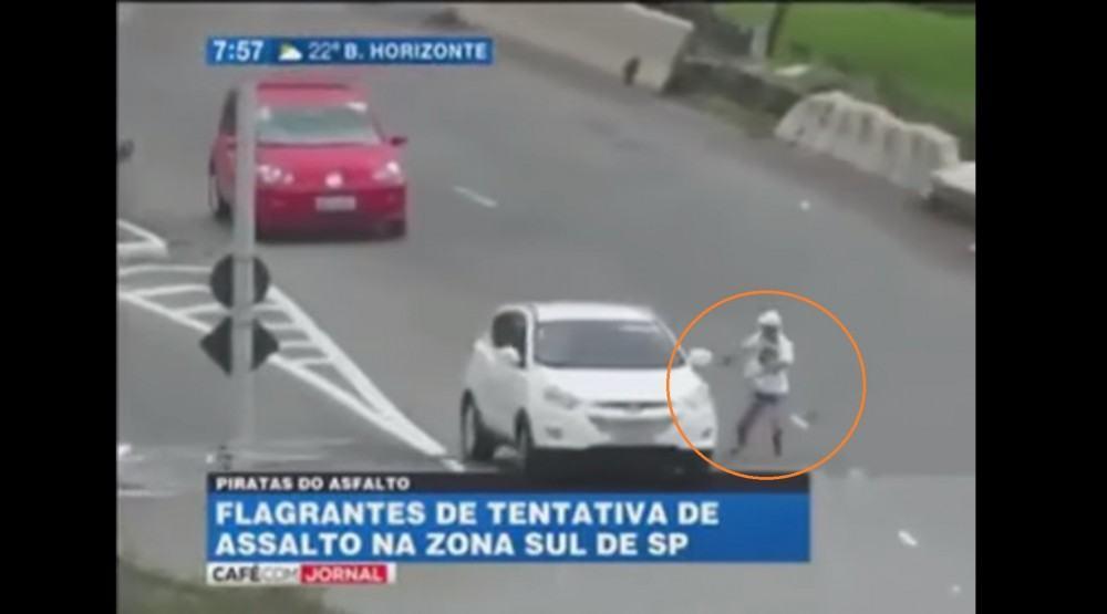 مجرمين معتوهين يفشلان في سرقة السيارات وسط الشارع!