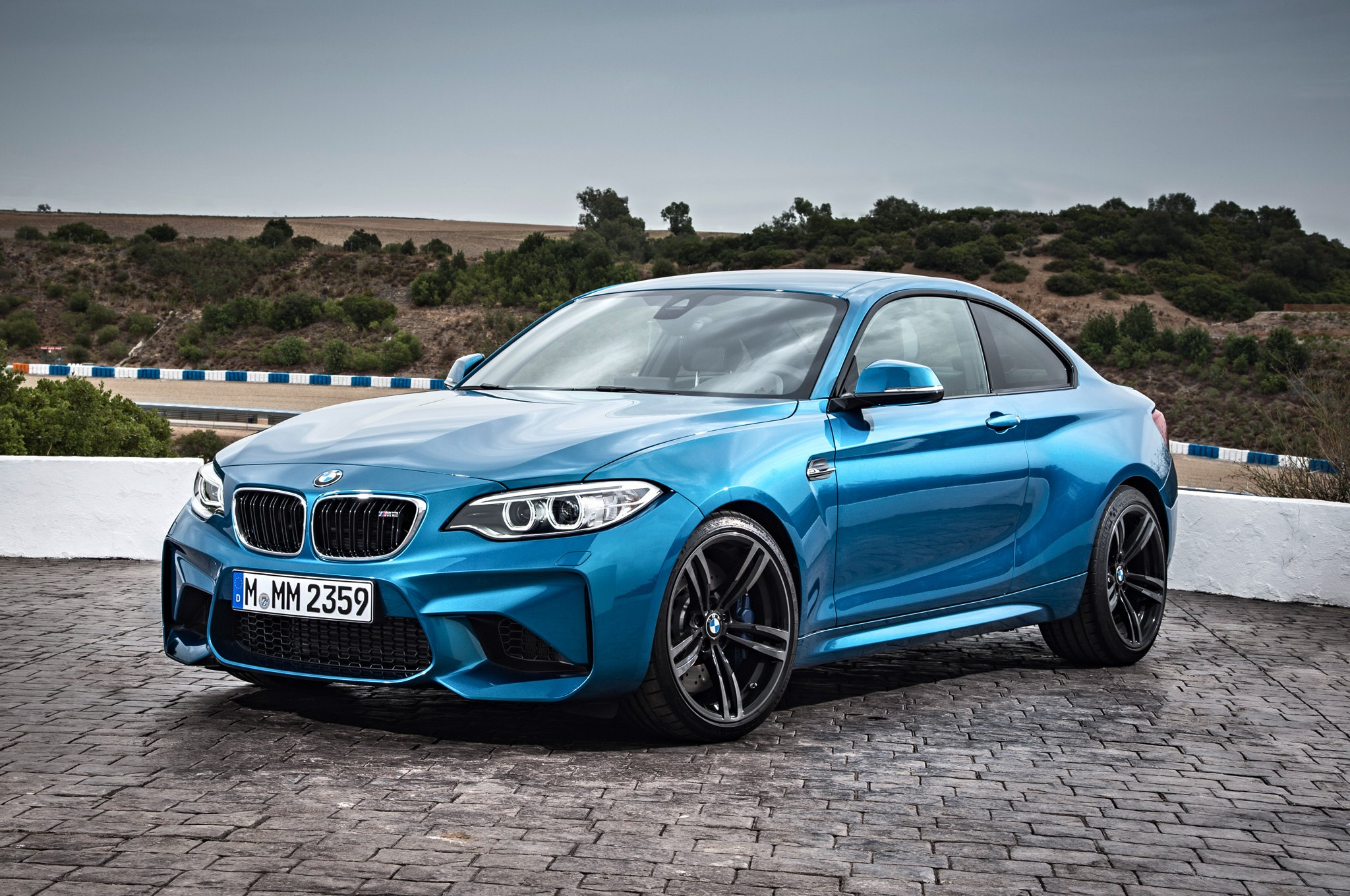 2016-BMW-M2-Coupe-front-three-quarter-04