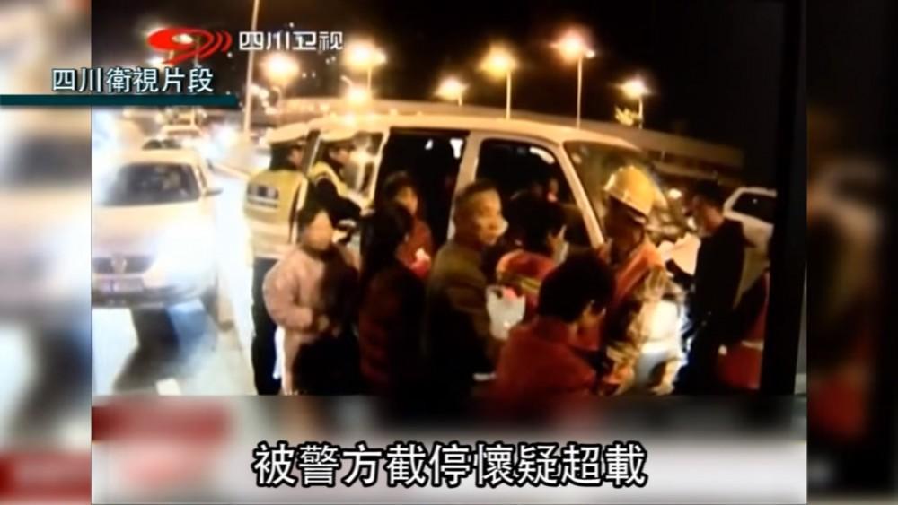 الشرطة الصينية توقف سائق أركب 35 شخص في حافلته الصغيرة!