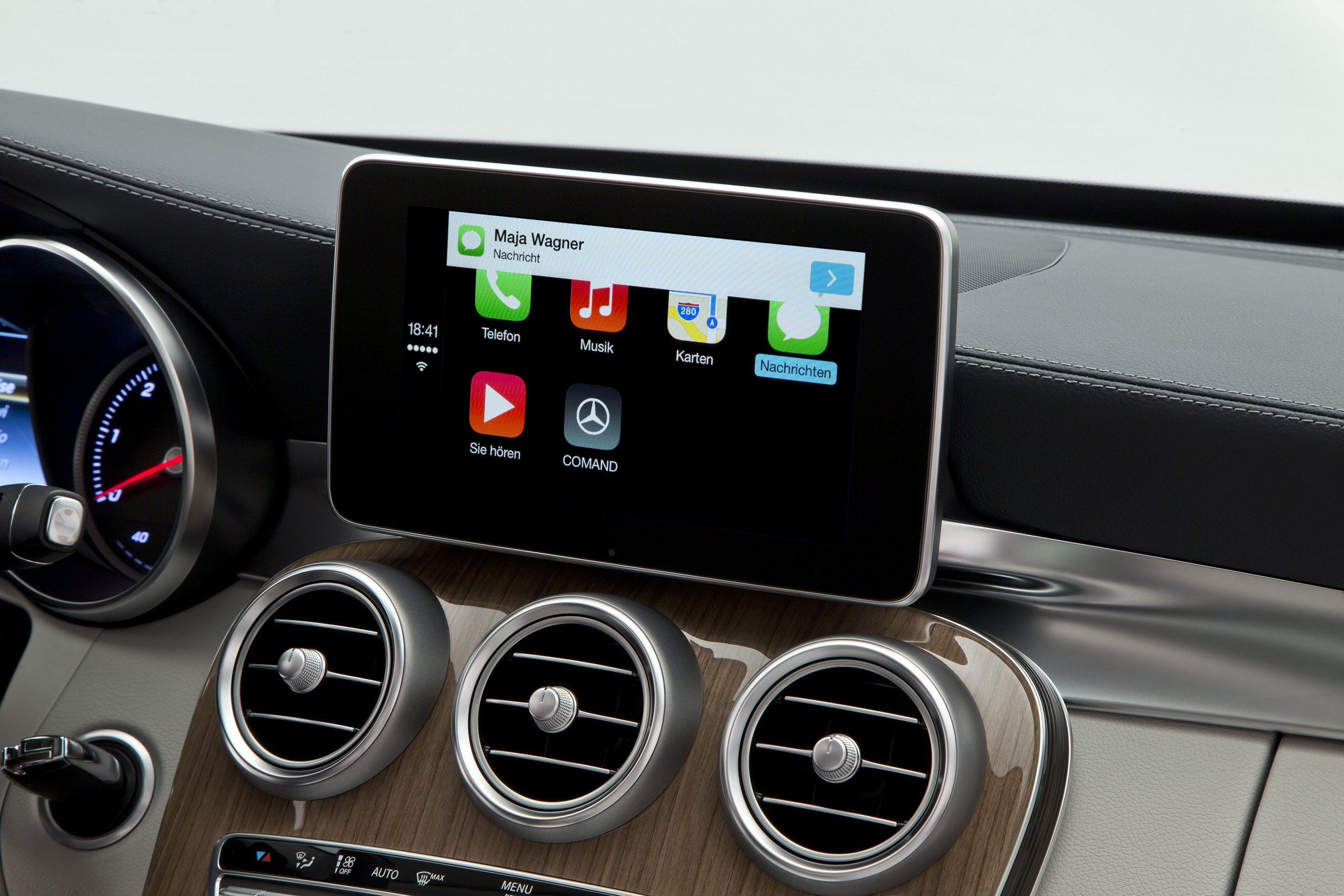 """Mercedes-Benz Trendsetter bei Smartphone-Integration: Apple """"CarPlay""""- Anwendung Nachrichten Mercedes-Benz is trend setter at smartphone integration Apple """"CarPlay""""- Application Messages"""