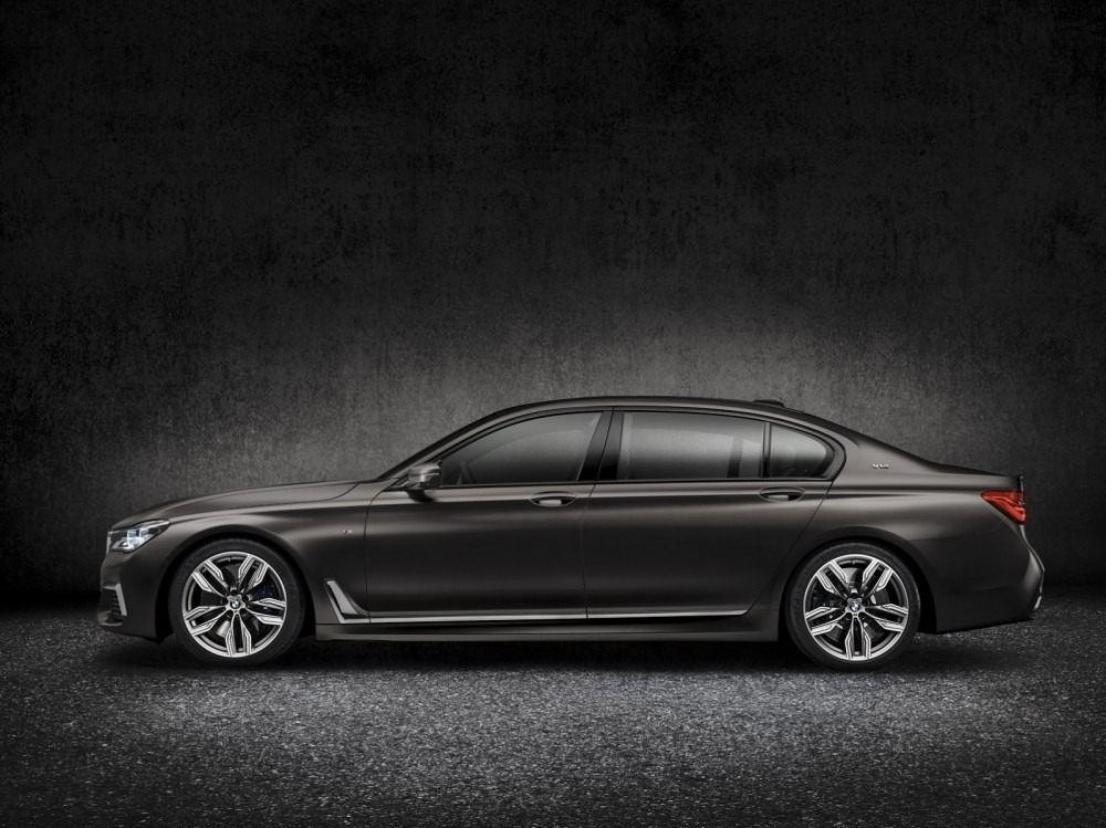BMW-M760Li-xDrive-5-1000x749