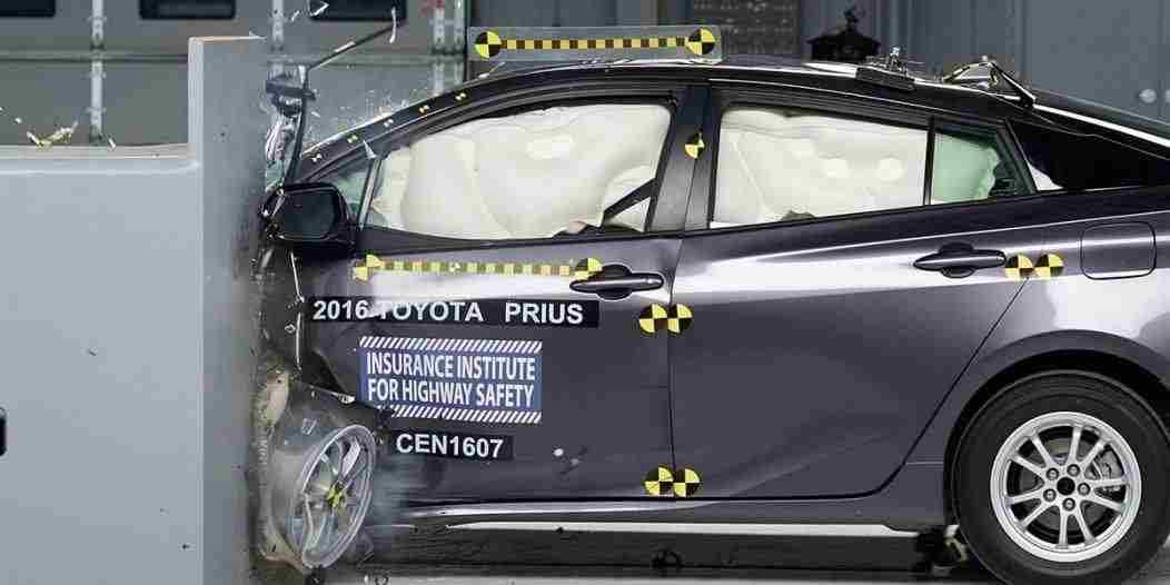 2016 Toyota Prius IIHS 1